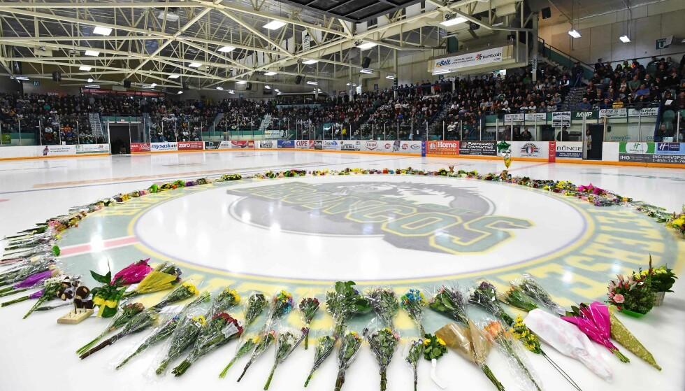 Lokalmiljøet rundt ishockeylaget Humboldt Broncos er i sorg etter at 15 medlemmer av laget døde i en bussulykke forrige fredag. Søndag samlet de seg for å minnes de døde på lagets stadion, Elgar Petersen Arena. Foto: AFP / Jonathan Hayward