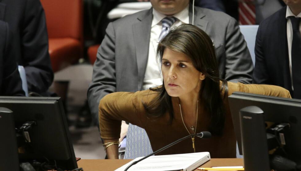 RASTE: USAs FN-ambassadør Nikki Haley tar plass under begynnelsen av krisemøtet i FNs sikkerhetsråd om Syria mandag kveld. Foto: AP / NTB scanpix.