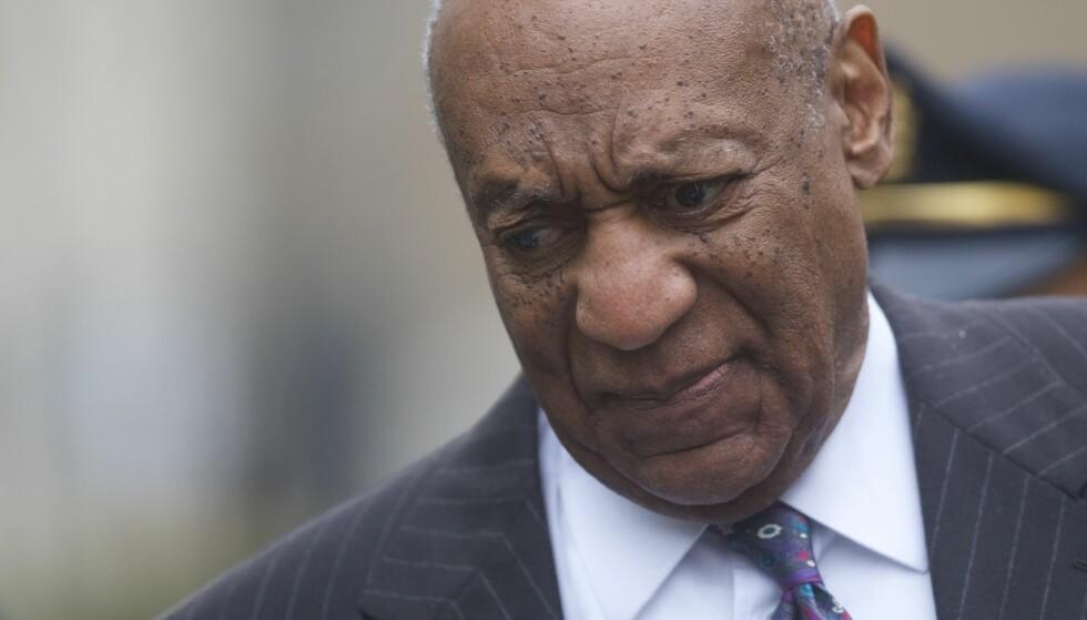 PÅ VEI TIL RETTEN: Bill Cosby møtte mandag for retten under dag 1 av rettssaken mot ham. Der kom det fram at han betalte nesten 30 millioner kroner til kvinnen han er tiltalt for å ha forgrepet seg mot. Foto: Mark Makela / Getty Images / AFP / NTB scanpix