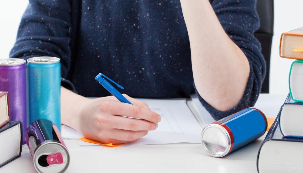 HEKTISK EKSAMENSPERIODE: Har det noen hensikt å helle nedpå med koffeinholdig energidrikk under eksamen? Vi har spurt ekspertene. (Foto: Photographee.eu / Shutterstock / NTB scanpix)