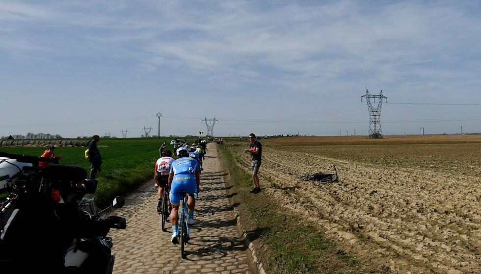 BAK I FELTET: Paris-Roubaix er et av de hardeste rittene i sesongen. Evaldas Siskevicius trosset mange hinder for å komme til mål. AFP PHOTO / JEFF PACHOUD