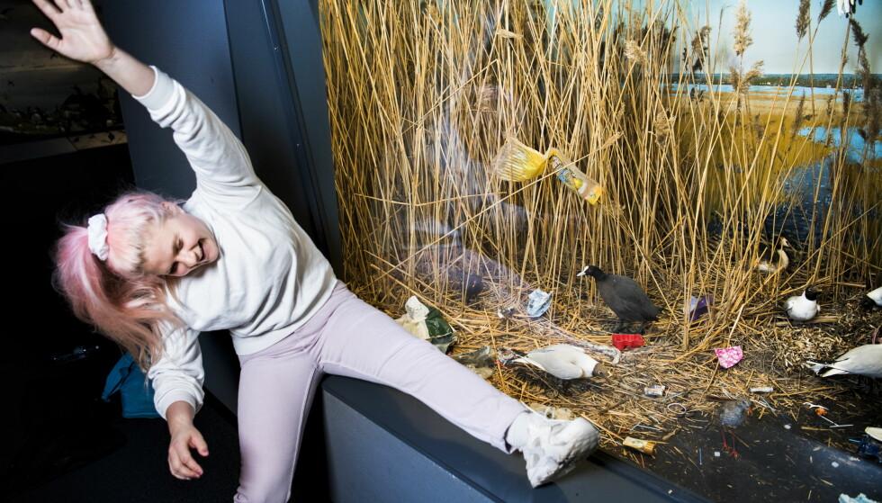 MILJØENGASJERT PÅ GRUNN AV DYRA: Line Elvåshagen er aktuell med et program om hvordan plast i naturen ødelegger for dyre- og fuglelivet. Naturhistorisk museum har akkurat hatt en utstilling som retter søkelyset mot det samme. Foto: Lars Eivind Bones