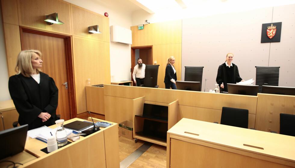 OVERGREPSBILDER: En psykiater møter i retten tiltalt for oppbevaring av store mengder overgrepsbilder. Hilde Hermanrud Strand (t.v) er aktor i saken, som går i Oslo tingrett. Nini Ring (t.h.) er dommer i saken. I midten meddommerne. Foto: Lise Åserud / NTB Scanpix.