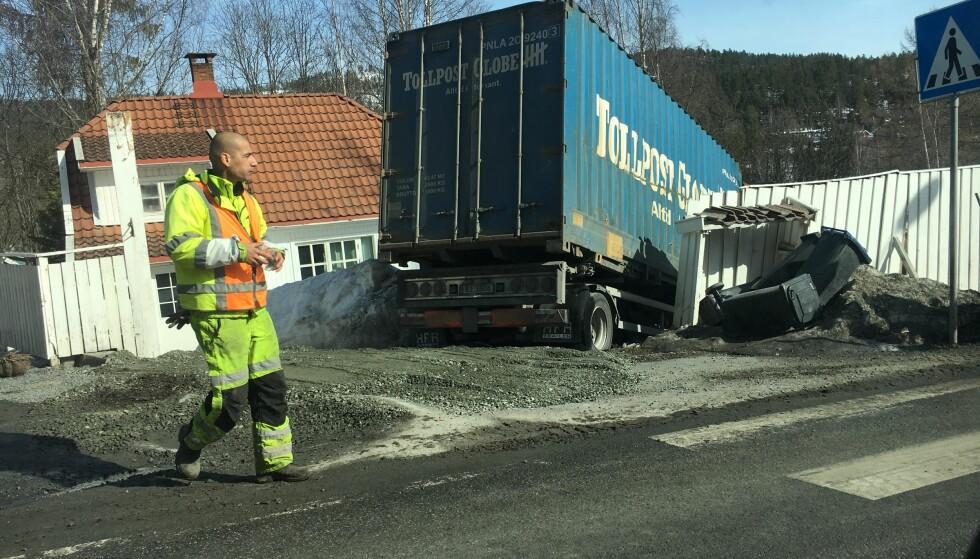 BOMTUR: Den andre lastebilen måtte svinge ut av veien for å unngå kollisjon med den første lastebilen, og endte dermed i en hage. Foto: Øistein Norum Monsen