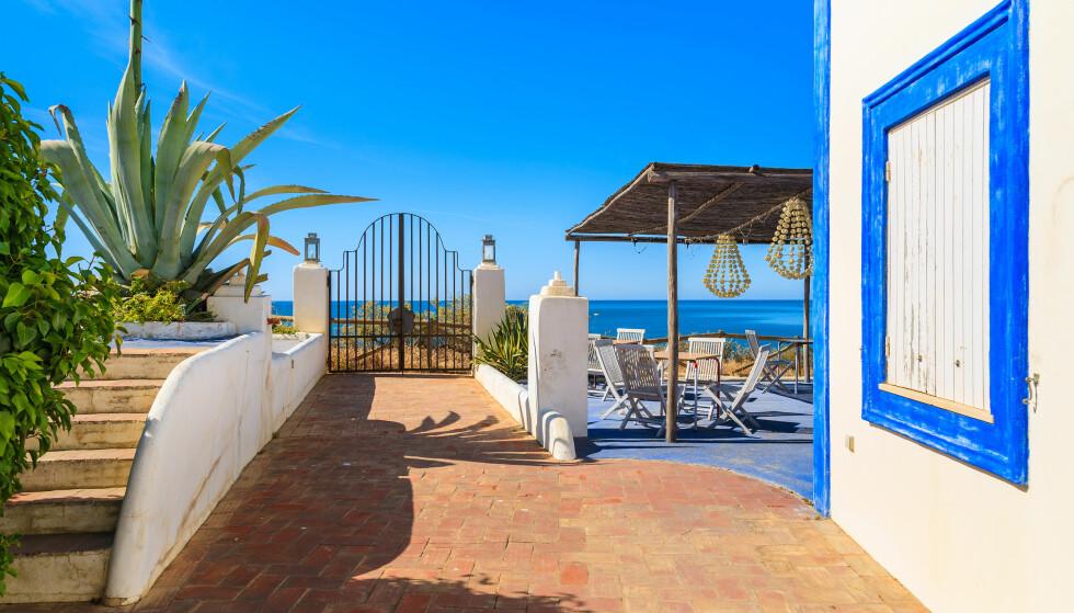 SOL OG STRAND: Algarve-kysten er et av stedene hvor regningen ikke blir voldsom nå du er ute og spiser. Her er en restaurant på Praia da Rocha-stranda.