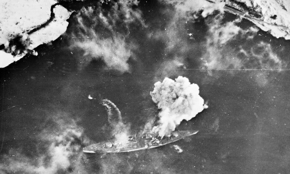 SENKET TIL SLUTT: Det lyktes til slutt de allierte å senke «Tirpitz» utenfor Tromsø i 1944, etter store bestrebelser. Foto: NTB Scanpix