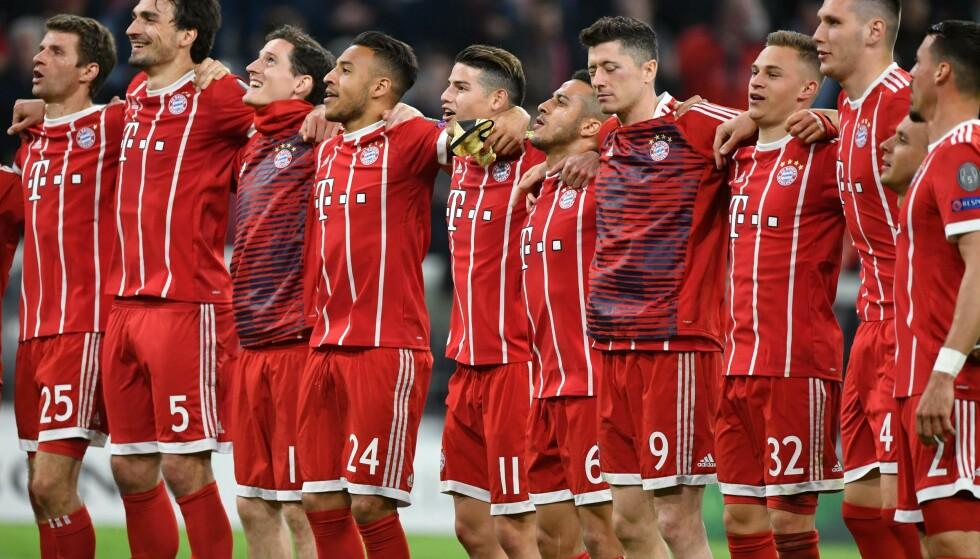 SEMIFINALEKLARE: Bayern-spillerne feiret med fansen etter 0-0 mot Sevilla og avansement til semifinalen i Champions League. Foto: AFP PHOTO / John MACDOUGALL