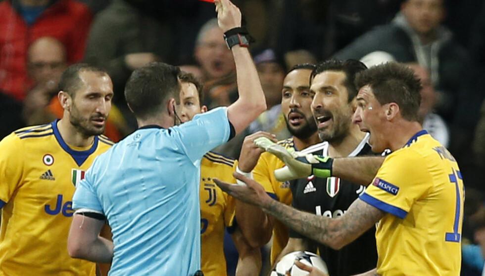 DOMMERSLAKT: Gianluigi Buffon mener dommer Michael Oliver mangler både hjerte og fotballforståelse etter at han dømte straffesparket som avgjorde mesterligakvartfinalen. Her gir han Juventus-keeperen rødt kort. Foto: Francisco Seco, AP / NTB scanpix