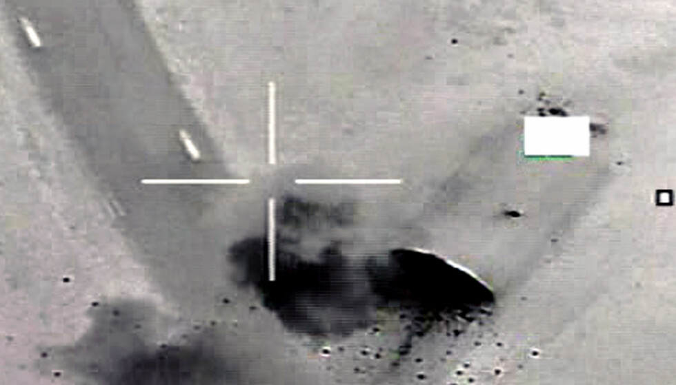 MILITÆR INTERVENSJON: Seks norske F16-fly slapp nærmere 600 bomber over Libya i 2011. Bildet viser en norsk bombe som treffer en flyhangar i Libya under Operation Odyssey Dawn. Den gang deltok Norge i en militær intervensjon som ble igangsatt av USA, støttet av Frankrike og Storbritannia. Foto: Forsvaret