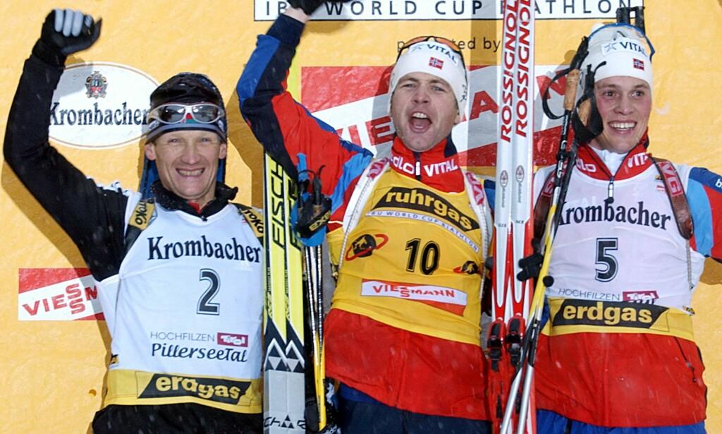 FORSVAR: Vladimir Dratsjev (t.v.), her på pallen sammen med Ole Einar Bjørndalen og Stian Eckhoff, hevder at Anders Besseberg er offer for et amerikansk politisk spill. Foto: AFP PHOTO JOE KLAMAR