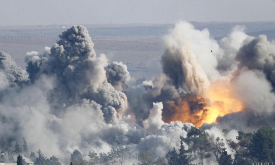 VARSLER ANGREP: USAs president har varslet at «rakettene kommer» mot Syria, i det som er et svar på det antatte gassangrepet i byen Douma lørdag. Bildet viser røyk og flammer etter et amerikansk luftangrep mot den syriske byen Kobane i 2014.Foto: Kai Pfaffenbach / Reuters / NTB Scanpix