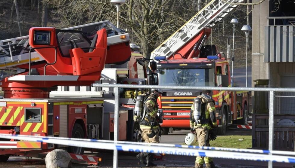 REDNINGSAKSJON: Flere ambulanser rykket ut til brannen i Gøteborg. Tre personer skal være fraktet til sykehus. Foto: Roger Lundsten