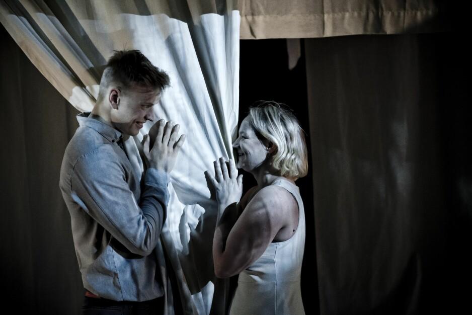 MINNEMØTER: Ola Magnus Gjermshus og Nina Sele i «Sviker». Foto: Øyvind Sætre, Scenekraft/Haugesund Teater