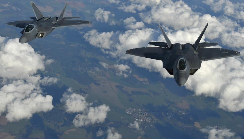 KAMPFLY: Her er to amerikanske kampfly av typen F-22 Raptor avbildet over europeisk luftrom. Foto: REUTERS / Toby Melville / NTB scanpix
