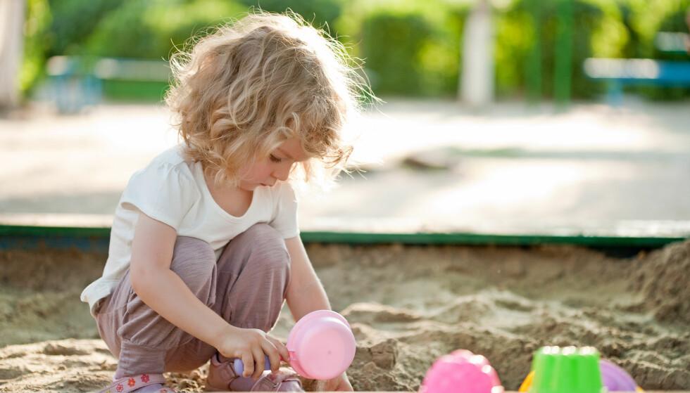 FULL KONSENTRASJON: Barna kan bli helt oppslukt i uteleken – og har du smurt dem inn med solkrem, trenger du ikke være redd for at de skal være for lenge ute. Foto: Scanpix