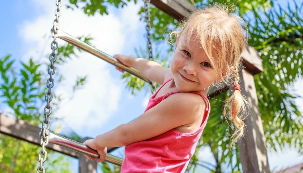 GODE VANER: Sørg for at de små har på seg solkrem hver dag – så beskytter du den sarte huden deres nå, og legger grunnlaget for gode vaner i fremtiden! Foto: Scanpix
