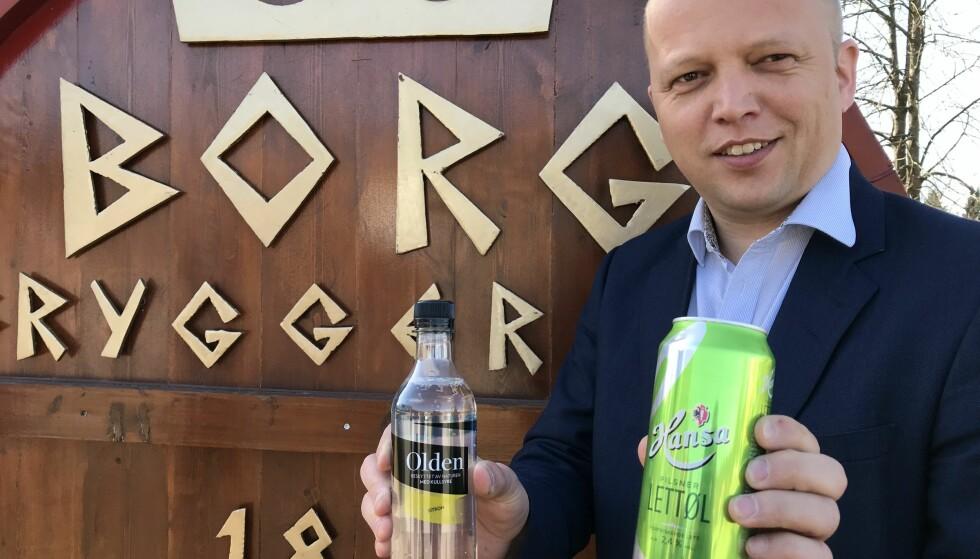 AVGIFTSVIRVAR: - Når alkoholholdig drikke har lavere avgift enn alkoholfri drikke, viser det hvor skjevt økningen i sukkeravgiften slår ut, sier Senterpartileder Trygve Slagsvold Vedum, her fotografert på besøk hos Hansa-Borg bryggeri i Sarpsborg i forrige uke. Foto: Foto: Karl Kristian Langeland