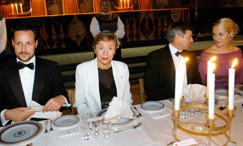 VANT PRIS: Professor Julia Kristeva (i midten) ble i 2004 tildelt den prestisjetunge Holbergprisen i Bergen. Bildet viser Kristeva under den påfølgende banketten sammen med kronprins Haakon, statsminister Kjell Magne Bondevik og kronprinsesse Mette Marit. Foto: Marit Hommedal / SCANPIX .