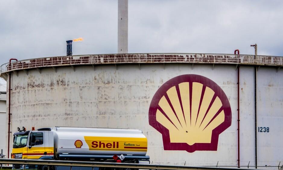 GÅR MOT SØKSMÅL: Oljegiganten Shell trues nå av søksmål av en miljøorganisasjon som har gitt selskapet åtte uker til å legge om hele driften i en mer klimavennlig retning. Foto: Utrecht Robin/ Action press/ NTB Scanpix