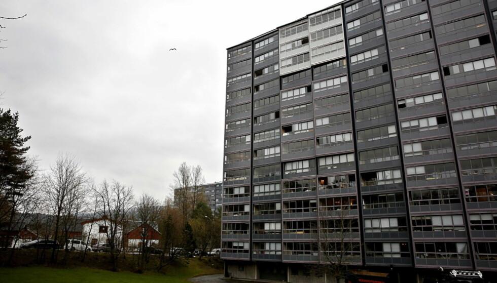 NABOER REAGERTE PÅ TUNG KOFFERT: I en leilighet i denne høyblokka i Ammerudhellinga i Oslo ble en 35 år gammel mann drept 27. april 2016. Foto: Jacques Hvistendahl, Dagbladet.