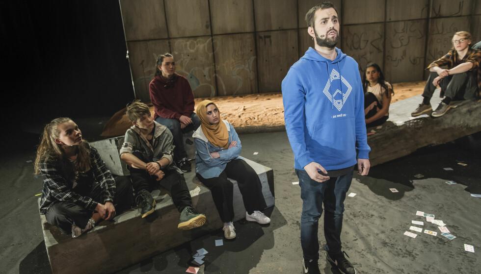UTENFOR SAMMEN: Yousef Bartho Al-Nahi (stående) er en av de unge som forteller fra sine liv i «Utafor». Foto: Dag Jenssen, Det Norske Teatret