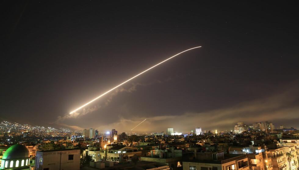 LUFTANGREP: Storbritannia, USA og Frankrike gikk i natt til luftangrep mot Syria. Bildet viser luftangrep over Damaskus. Foto: AP Photo/Hassan Ammar