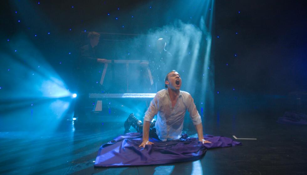 VANNTANK-TRIKS: Alexx Alexander sier at han selv har fått triks avslørt, men at mye av showet uansett går på underholdningsverdien. Foto: Robert Holan