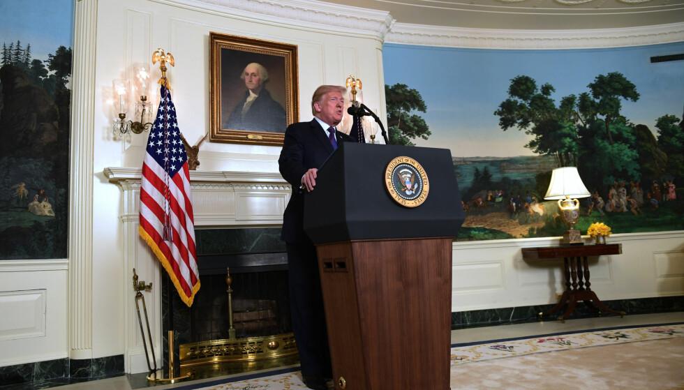 STYGG KRIG, IDYLLISK BAKTEPPE: President Donald Trump orienterer om rakettangrepet mot Syria natt til lørdag. Foto: AP/NTB Scanpix