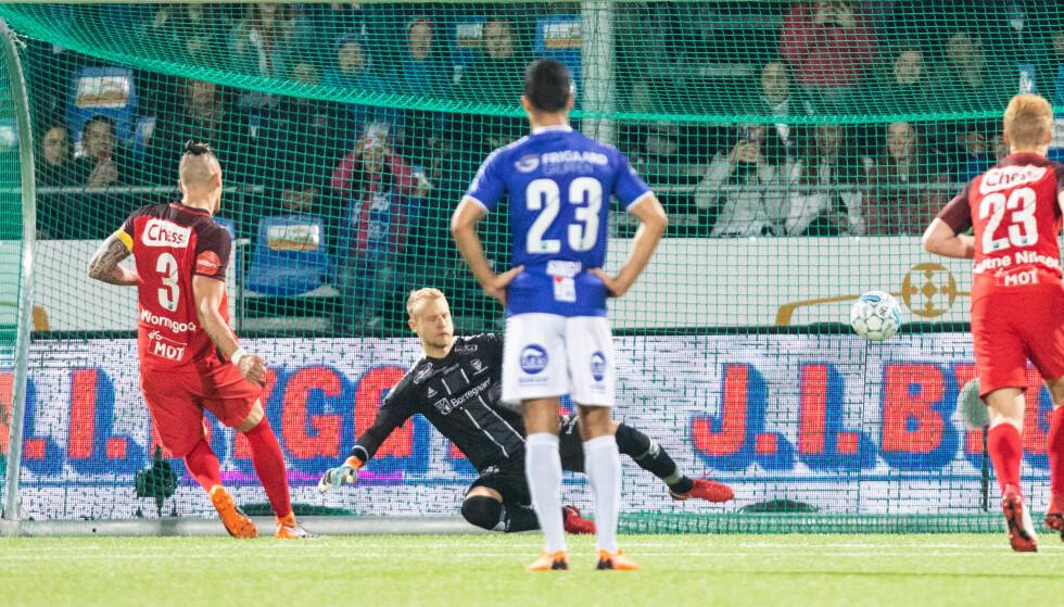 AVGJØRELSEN: Branns Vito Wormgoor scorer på det avgjørende straffesparket i de dramatiske sluttminuttene mot Sarpsborg. Foto: Audun Braastad / NTB scanpix