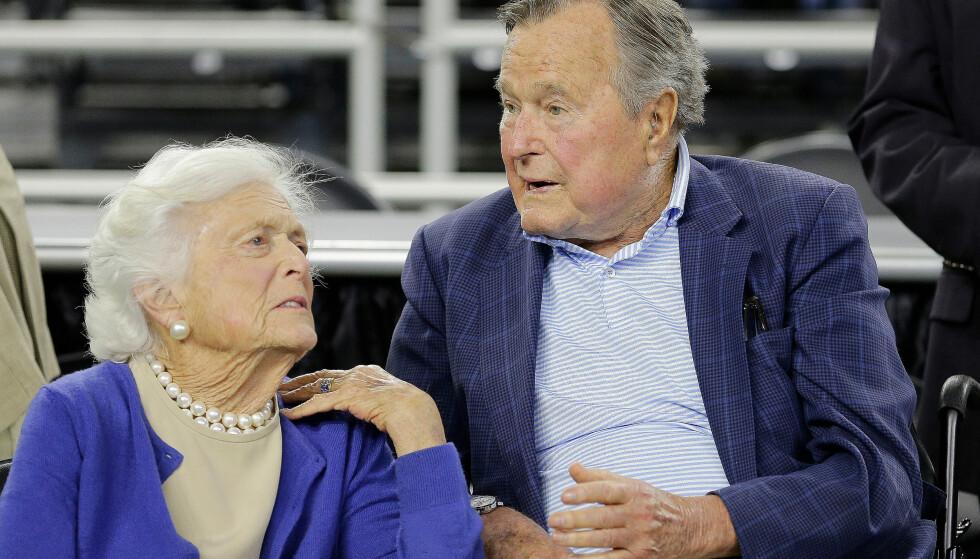 I MARS: Barbara Bush sammen med ektemannen og tidligere president i USA, George H.W. Bush under en basketballkamp 29. mars. Foto: AP Photo/David J. Phillip, File