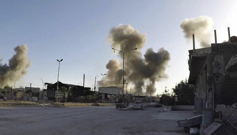 KJEMISKE VÅPEN? Røyk stiger opp fra Douma i begynnelsen av april da den syriske byen angivelig ble utsatt for et kjemisk angrep. Foto: Hvite hjelmer / AP / NTB scanpix