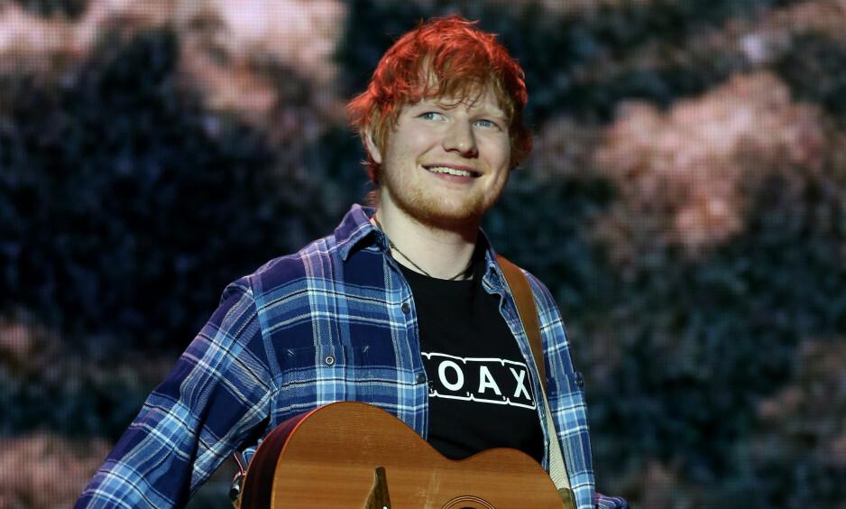 SLÅR TILBAKE: Ed Sheeran finner seg på ingen måte i presseoppslag om at han forsøker å ta avstand fra hjemløse. Her fra scenen i fjor. Foto: NTB Scanpix