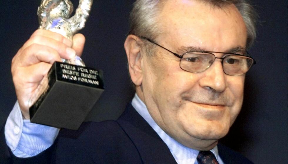 PRISBELØNT: Den tsjekkiske filmregissøren Milos Forman er død. Her med Sølvbjørnen fra den 50. Berlin Filmfestival i 2000. REUTERS/Fabrizio Bensch/File photo