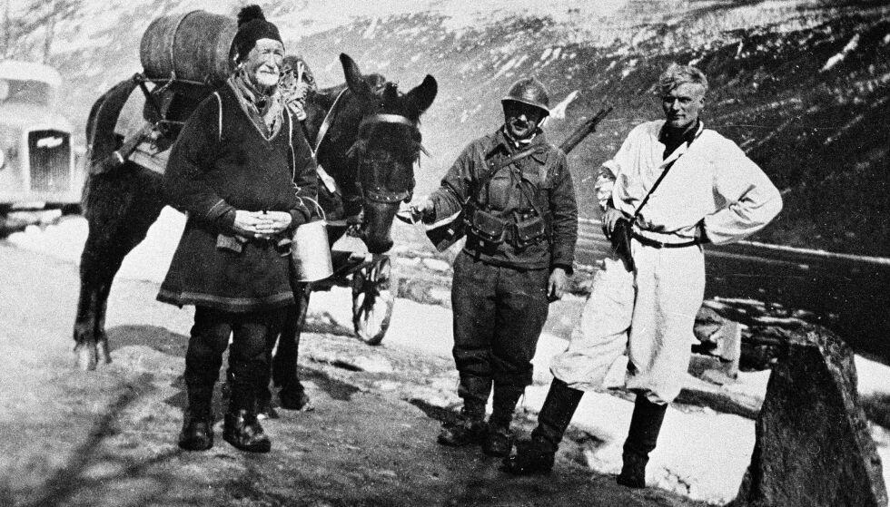 NARVIK-FRONTEN MAI 1940: I midten: «Fransk alpejeger med muldyr». Til venstre: «80 år gammel same», og til høyre «en norsk soldat». Det er uvisst om disse tre blir en del av den kommende dramaserien «Slaget om Narvik». Foto: NTB Scanpix
