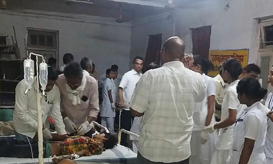 SKADDE: Flere av de skadde ble tatt til sykehus i Sidhi i delstaten Madhya Pradesh i sentrale India etter ulykken i går kveld. Foto: AFP / NTB Scanpix