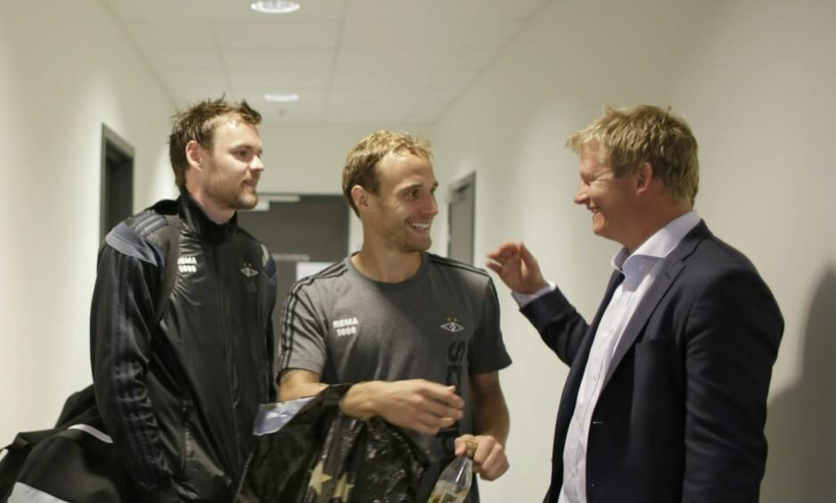 GAMMELT GJENSYN: Tidligere Rosenborg-spiller Steffen Iversen til høyre i bildet, som hilser på midtstopper Tore Reginiussen. Foto: Tor Erik Schrøder / NTB scanpix