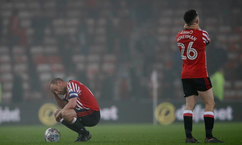 SLITER: Sunderland-spillerne Lee Cattermole (t.v.) og George Honeyman fortviler etter en kamp. Foto: Lee Smith/NTB Scanpix