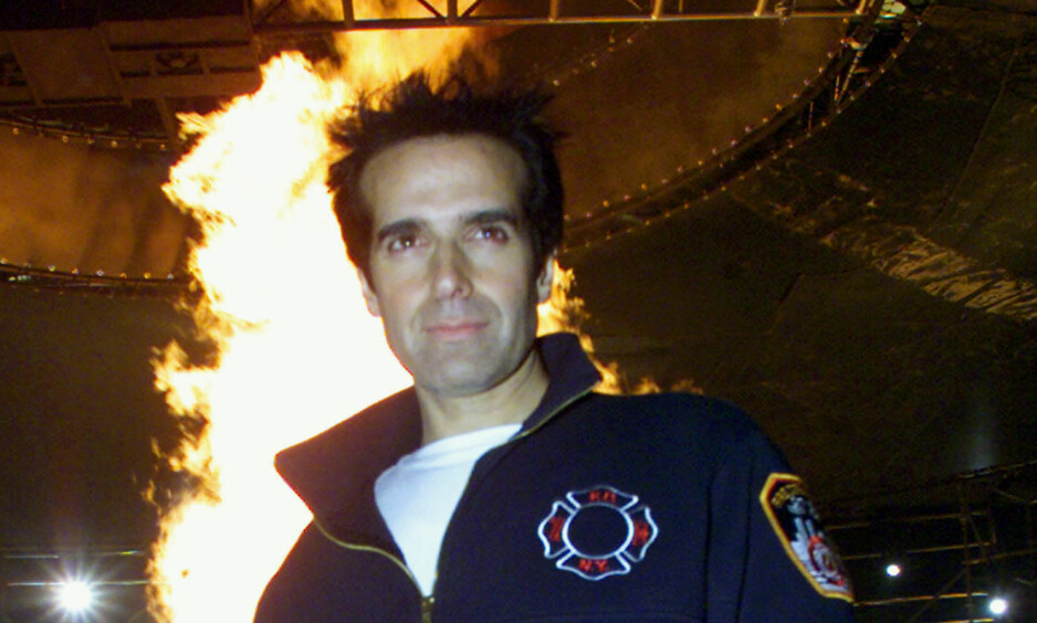 RÅTASS: David Copperfield er kjent for sine mange, heseblesende stunt, og har gjennom sin lange karriere lurt tv-seere og publikum trill rundt. Nå har han derimot avslørt et av sine mest berømte triks, etter ordre fra retten. Dette bildet ble tatt i 2001, da han sto i en virvelvind av flammer på 1093 grader og sterk vind. Foto: NTB scanpix