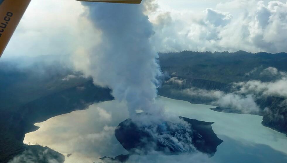 VULKAN: Vulkanen Manaro har vært aktiv siden september i fjor. Nå kan hele øya bli ubeboelig. Foto: AFP PHOTO / Thomas BOYER