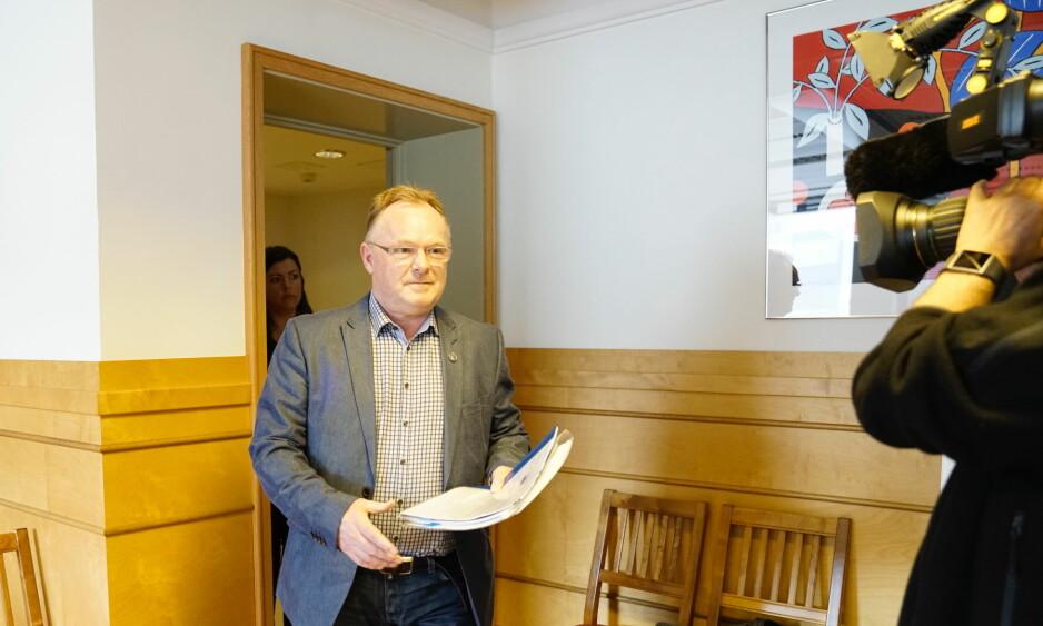 I RETTEN: Per Sandberg på vei inn i Sør-Trøndelag tingrett. Her fortalte han hvorfor han skaffet seg en privat e-postadresse. Foto: Øistein Norum Monsen/Dagbladet.
