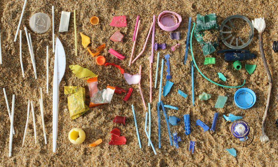 FORURENSNING: Plastforurensning er et stadig økende problem, og mye av avfallet havner i havet. De virkelig store problemene oppstår når plasten slites ned til små kuler, såkalt mikroplast. Illustrasjonsfoto: Johannes Albert / Shutterstock / NTB scanpix