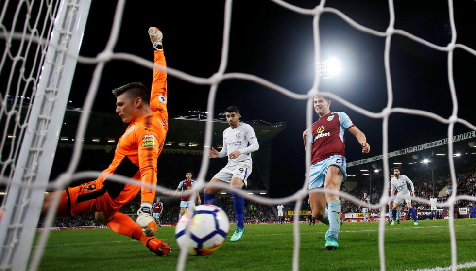 MÅL: Victor Moses (til venstre for bildet) scorer det avgjørende målet i kampen mellom Burnley og Chelsea. Foto: NTB Scanpix