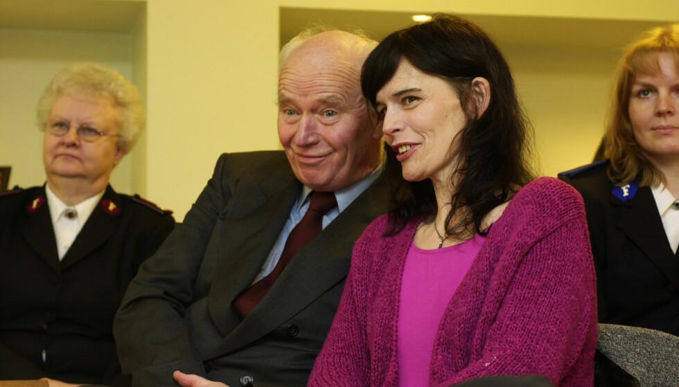 FAR OG DATTER: Thorvald og Nini Stoltenberg i Oslo under utdelingen av Booth-prisen, Frelsesarmeens ærespris, i 2002. Året i forveien var det de som fikk prisen, etter at de sto åpent fram med Ninis rusproblemer. Foto: Erlend Aas/NTB Scanpix