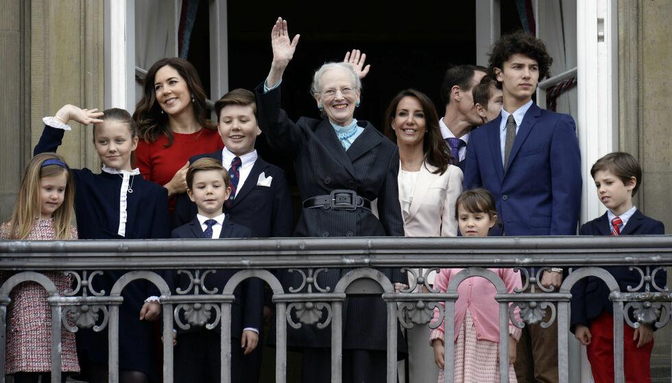 HEDRET AVDØD EKTEMANN: Mandag var store deler av den danske kongefamilien med dronning Margrethe ut på balkongen på Amalienborg slott. Selv valgte hun å hylle sin avdøde ektemann prins Henrik på subtilt vis. Foto: NTB Scanpix