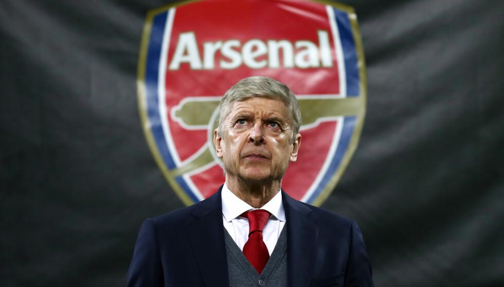 OVER OG UT: Arsenal-manager Arsene Wenger har måttet ta imot mye kritikk fra egne supportere de siste åra. Nå gir han seg. Foto: Tim Goode / EMPICS Sport / NTB Scanpix