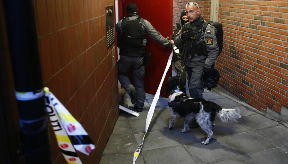 BOMBEGRUPPA: Politiets bombegruppe og krimteknikere jobbet natten gjennom etter melding om mulige eksplosiver i en leilighet på Rosenhoff i Oslo. Foto: Foto: Terje Pedersen / NTB scanpix