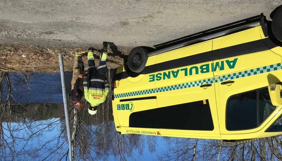 LIVLØS MANN FUNNET: En mann i 50-åra ble i ettermiddag funnet i Femsjøen ved Tistedal i Halden. Mannen er fraktet til sykehus med luftambulanse. Foto: Rune Gråbein Svendsen