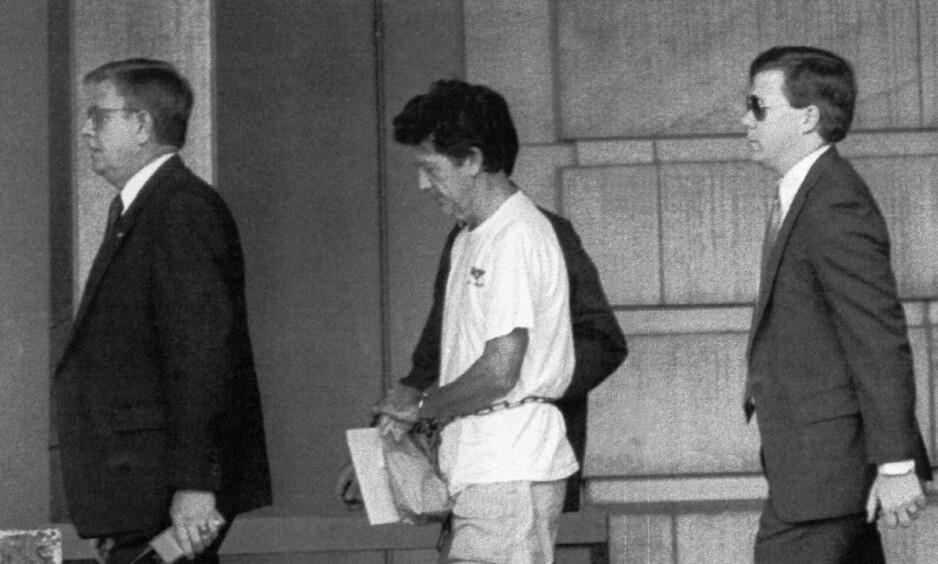 TATT: Walter Leroy Moody på vei inn til en rettshøring i Georgia i 1990. Det var først i 1996 han fikk dødsstraffen for drapet på dommer Robert Vance og menneskerettighetsaktivist og advokat Robert Robinson. Foto: FBI