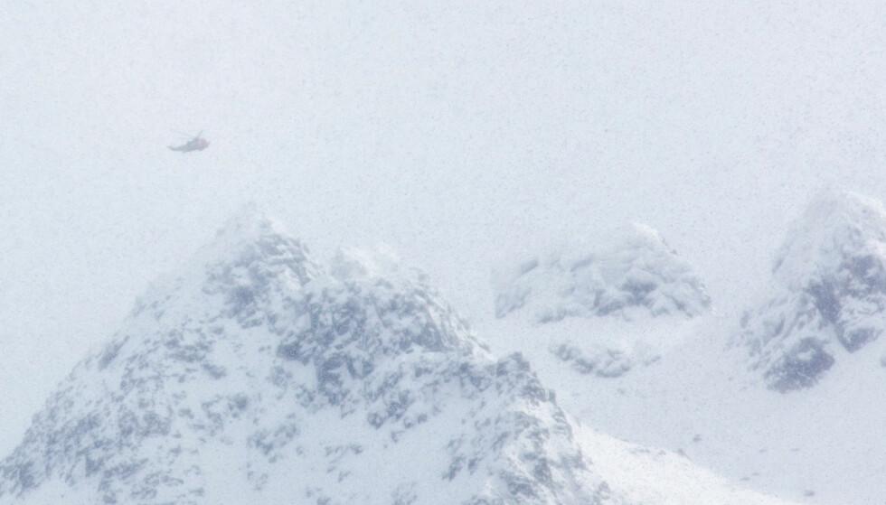 STOR SKREDFARE: Skredfaren er fortsatt meget stor på Helgeland i Nordland. Bildet viser et Sea King redningshelikopter som det deltar i søk, etter at skiturister utløste to snøras i fjellet ved Laupstad på Austvågøy i Lofoten i begynnelsen av denne måneden. De første meldingene gikk på at fire av turistene var tatt av raset, men det viste seg at alle som var i rasområdet hadde sluppet uskadd fra hendelsen. Foto: Eric Fokke / NTB scanpix