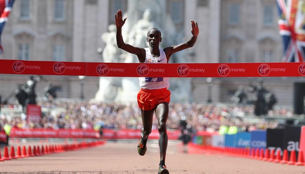 VANT: Eliud Kipchoge vant London Maraton på herresiden søndag. Foto: AFP PHOTO / Daniel LEAL-OLIVAS